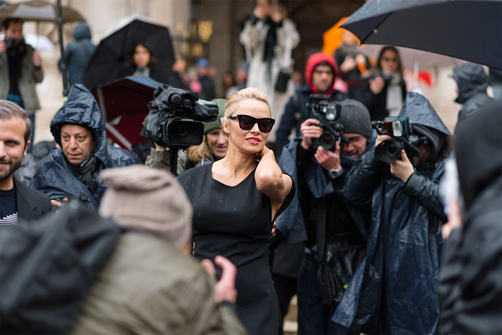 Streetstyle - Paris Fashion Week Fall17 for Glamour Spain by The Petticoat -Pamela Anderson after stella mccartney